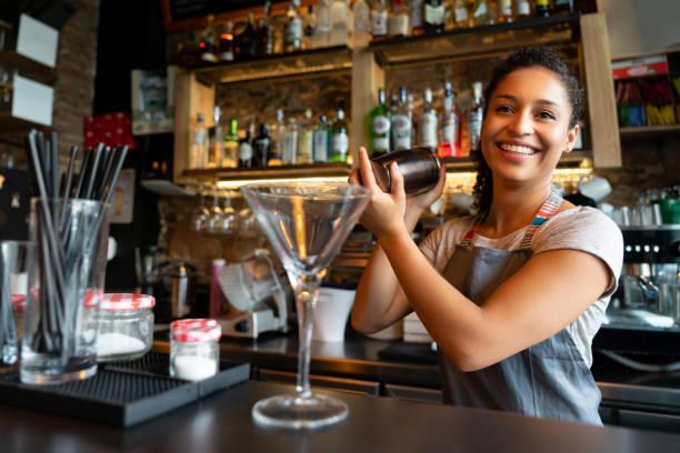 Glücklich Barkeeper mixen Drinks an der bar – Foto