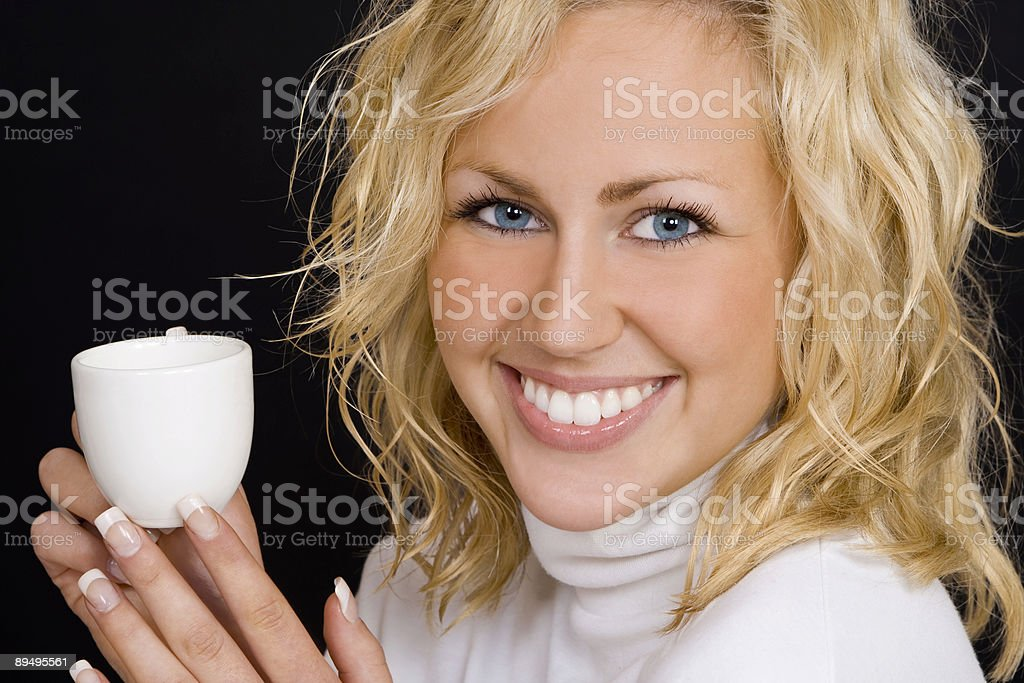 Happy Beautiful Blond Woman Drinking Coffee and Smiling royaltyfri bildbanksbilder