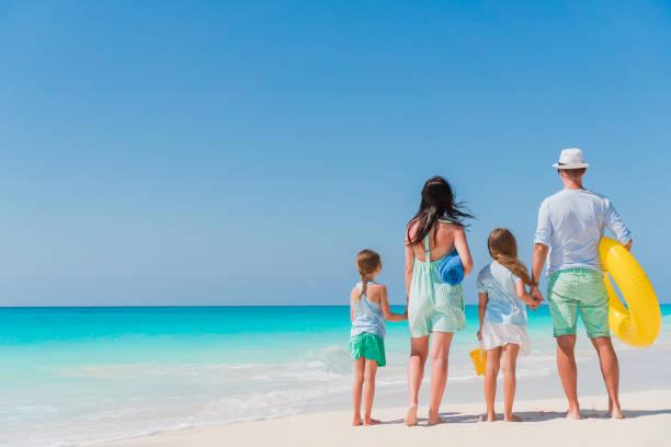 Schöne Familienglück am weißen Strand, Spaß – Foto