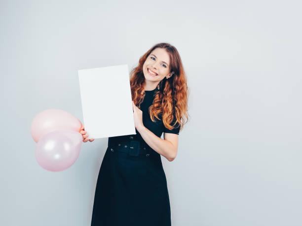 glücklich es schöne mädchen hält einen luftballon und weiße leinwand in ihren händen. - sprüche zum firmenjubiläum stock-fotos und bilder