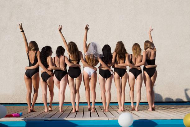 glücklich schönen freundinnen haben eine tolle zeit bei den junggesellinnenabschied. attraktive junge frauen braut tanzt mit freundinnen im freien. - outdoor braut duschen stock-fotos und bilder
