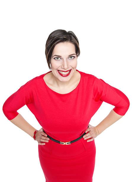 glückliche schöne plus größe frau in roten kleid - ausgefallene mode für mollige stock-fotos und bilder