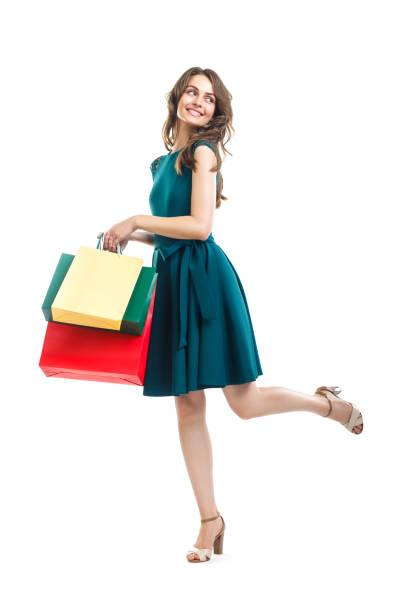 glücklich schöne frau mit vielen bunten einkaufstüten isoliert auf weißem hintergrund - kleider günstig kaufen stock-fotos und bilder
