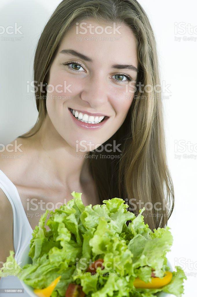 Glücklich schöne Frau mit Gemüse-Salat – Foto