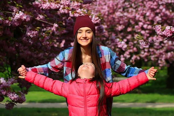 Felice Bellissima Ragazza con fiori nel parco - foto stock