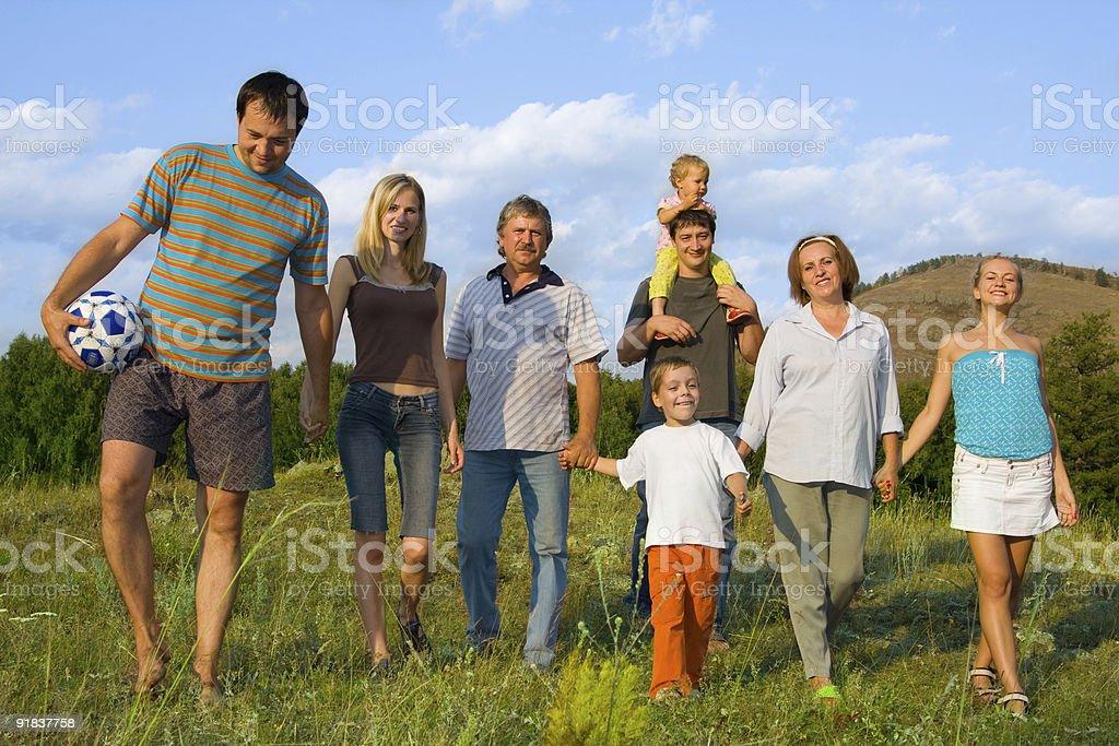 Glückliche große Familie auf die Natur – Foto