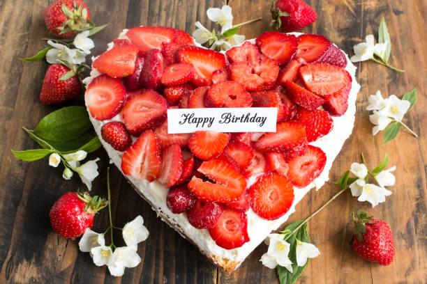 happy birthday card mit herz-käsekuchen mit erdbeeren - jasmin party stock-fotos und bilder