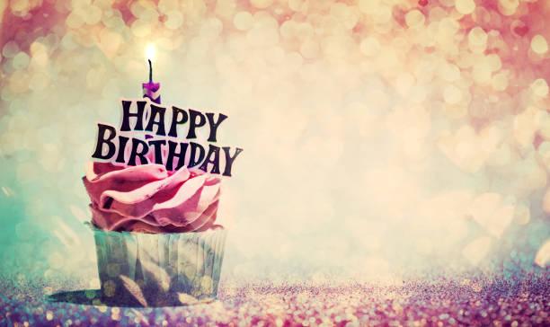 feliz cumpleaños cupcake en brillo fondo colorido - cumpleaños fotografías e imágenes de stock