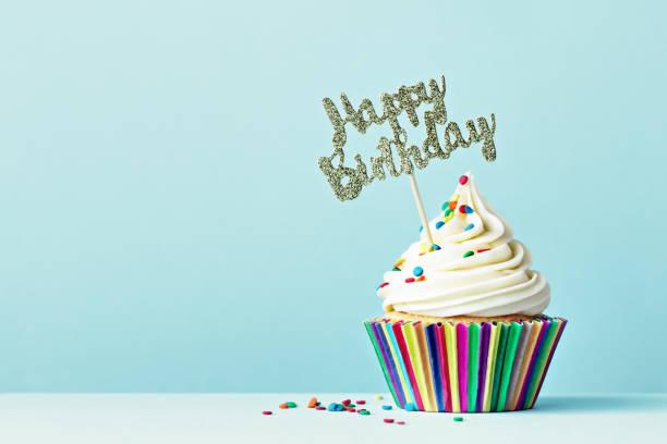 cupcake de cumpleaños feliz - cumpleaños fotografías e imágenes de stock