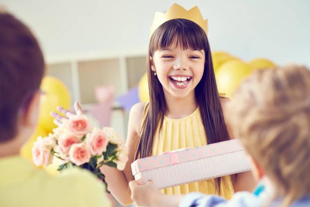 happy birthday mädchen - jugendliche geburtstag geschenke stock-fotos und bilder