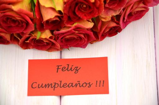 Mazzo Di Fiori In Spagnolo.Buon Compleanno In Spagnolo E Mazzo Di Splendide Rose Rosse