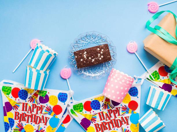happy birthday partei elemente flach zu legen - einladungskarten kindergeburtstag stock-fotos und bilder