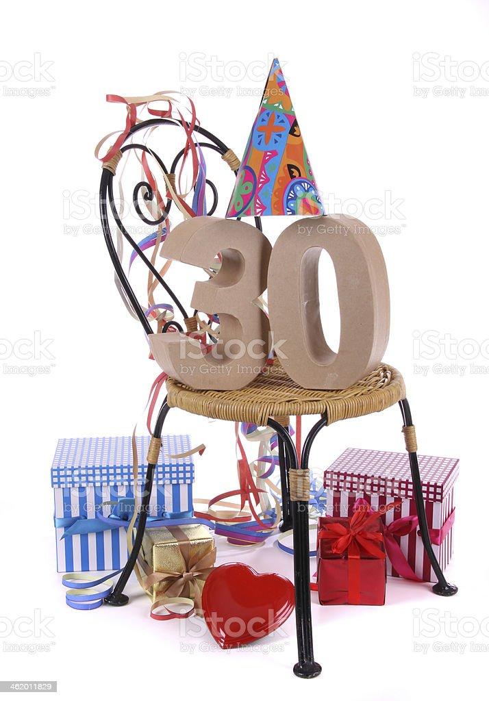 Feliz cumpleaños con la edad en las cifras en una fiesta del estado de ánimo - foto de stock