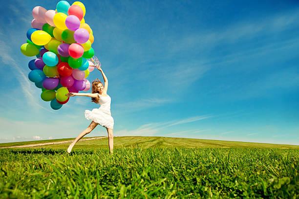 행복함 버스데이 여자 배경으로 하늘을 수놓습니다 있는 레인보우 스톡 사진
