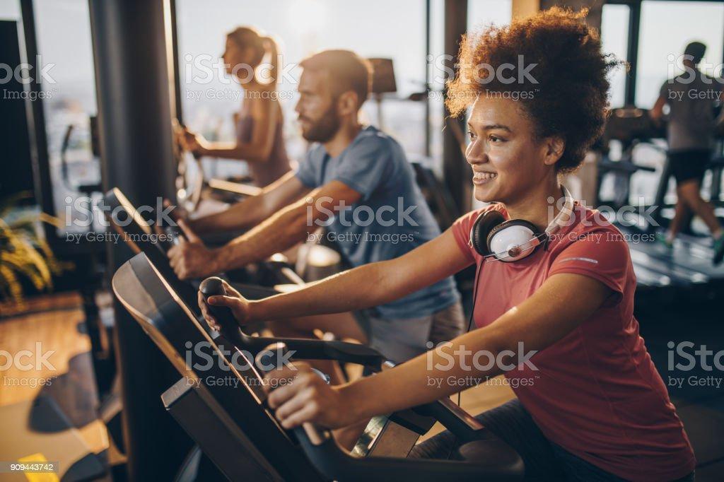 Heureux athlète noir, pratiquer le vélo dans un club de santé. - Photo