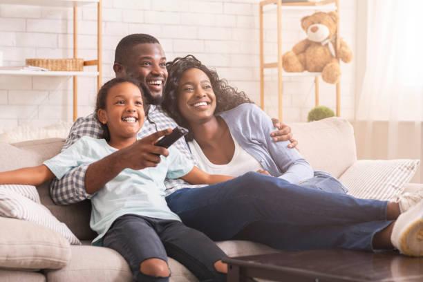 Glückliche schwarze Familie entspannen und fernsehen zu Hause – Foto