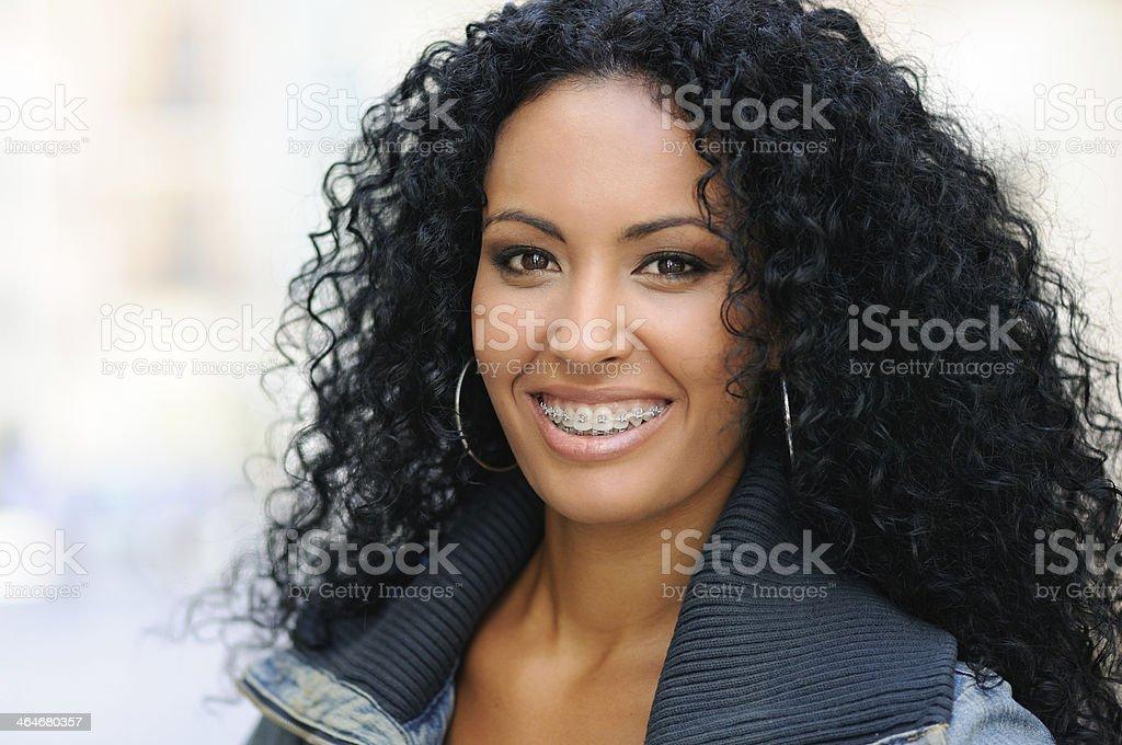 Garota feliz preto com Aparelho ortodôntico - foto de acervo