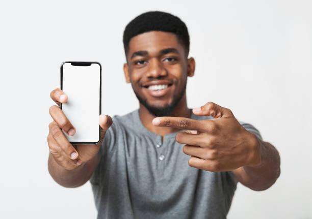 最新のスリム スマート フォンを持って幸せな黒人 - 見せる ストックフォトと画像