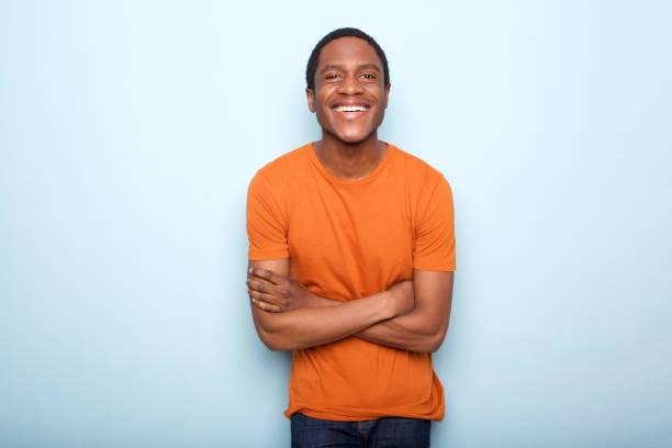 schwarzen glücklich lächelnd mit verschränkten blauen Wand – Foto
