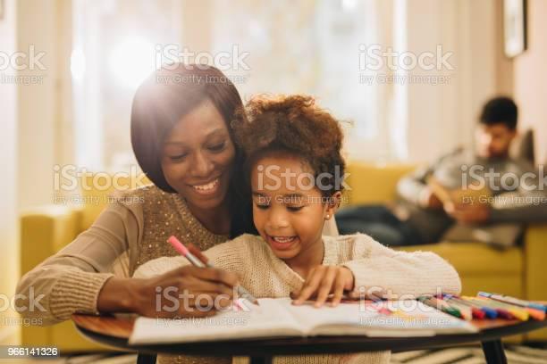Gärna Svart Mor Och Dotter Ha Roligt Medan Färg I Vardagsrummet-foton och fler bilder på Afrikanskt ursprung