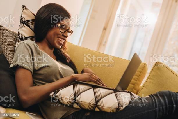 Lycklig Svart Kvinna Surfat På Laptop Hemma-foton och fler bilder på Afrikanskt ursprung