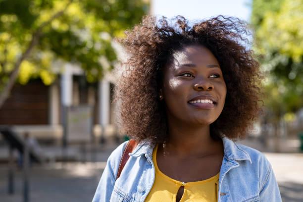 szczęśliwa czarna kobieta myśląca - nadzieja zdjęcia i obrazy z banku zdjęć