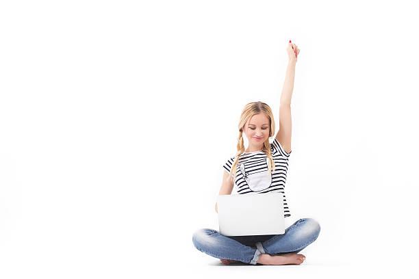 счастливая женщина на ноутбуке блонд - sitting laptop стоковые фото и изображения