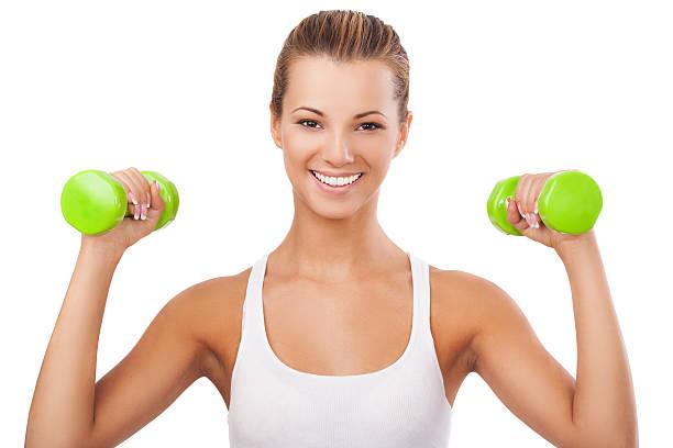 glückliche blonde frau training mit gewichten - marko skrbic stock-fotos und bilder