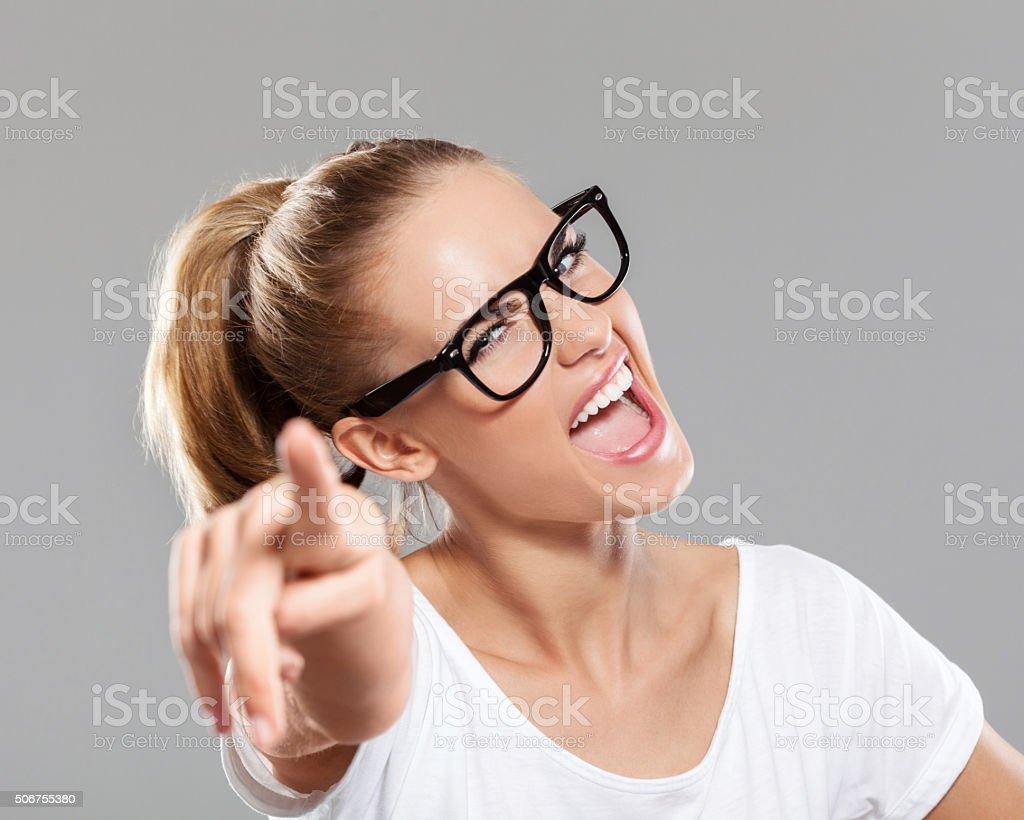 Feliz jovem mulher loira apontando a câmera - foto de acervo