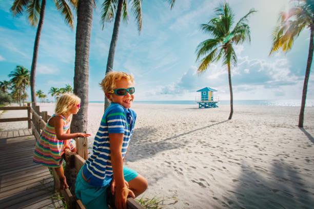 glücklich junge und Mädchen Blick auf tropischen Strand mit Palmen – Foto