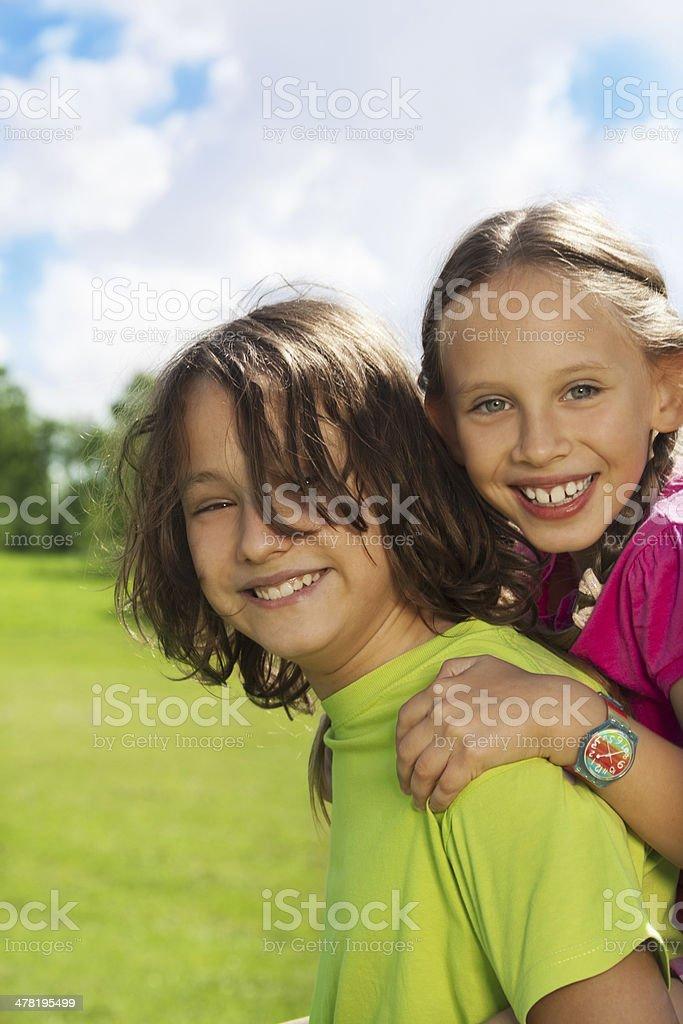 Szczęśliwy chłopiec i Dziewczyna Portret – zdjęcie