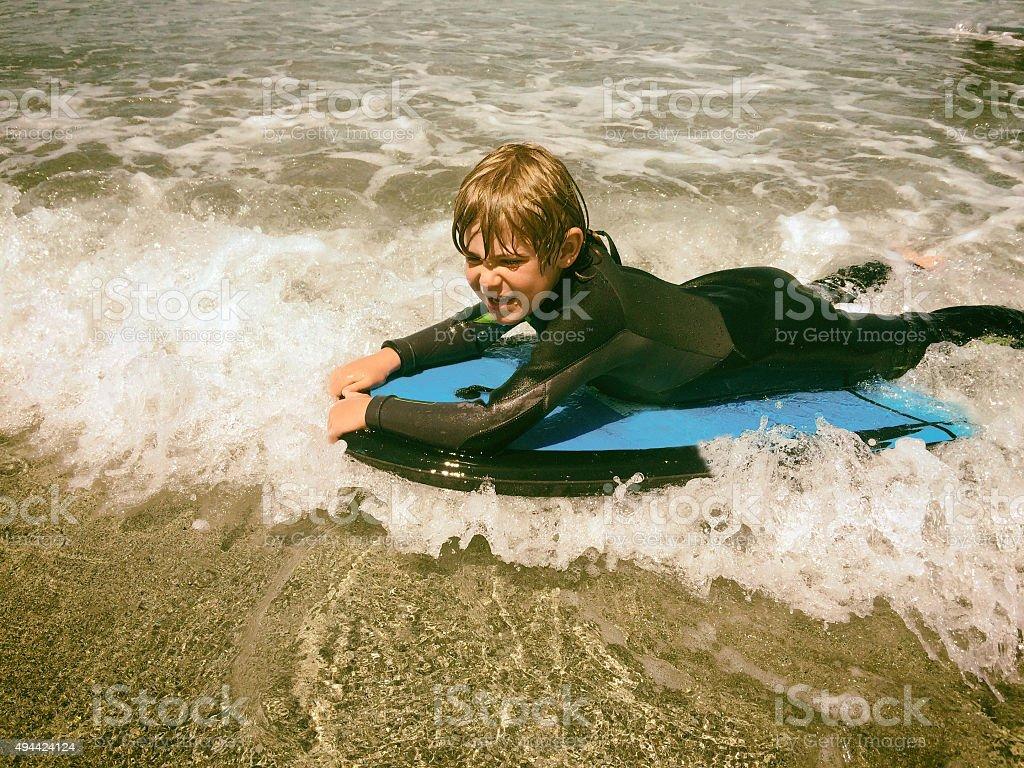 Feliz menino Bodyboard - foto de acervo