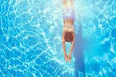 スイミング プールでダイビング幸せな少年