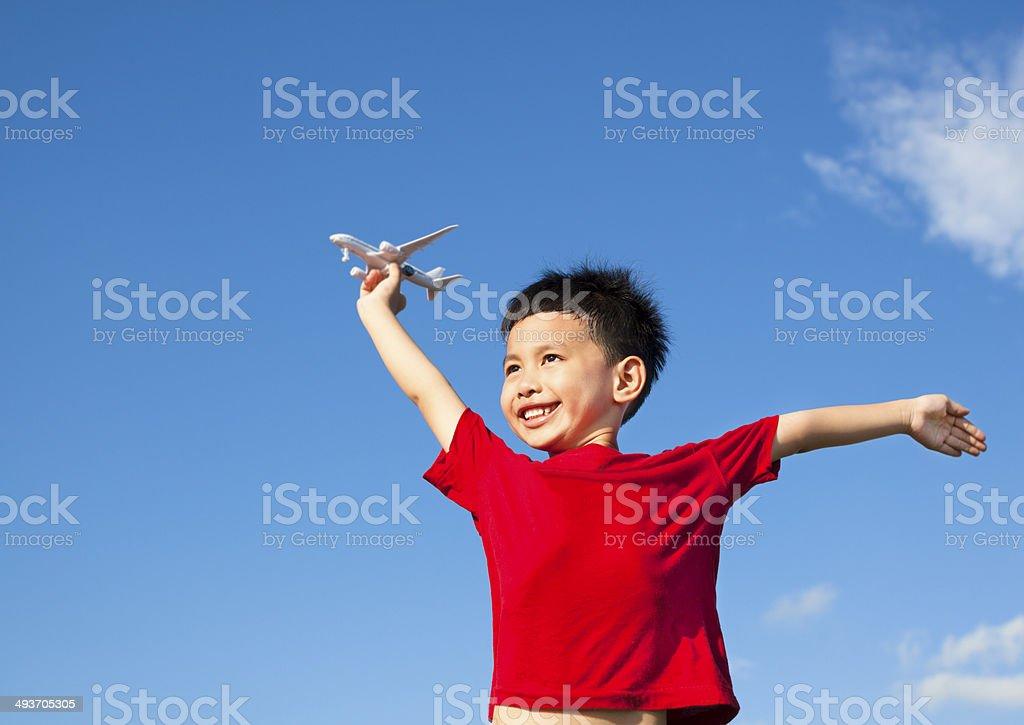 happy boy holding eine Flugzeug, Spielzeug und offenen Armen – Foto