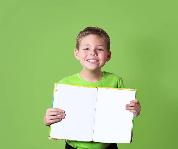 Happy boy holding Buch mit leeren Textfreiraum. Bildung-Konzept. – Foto