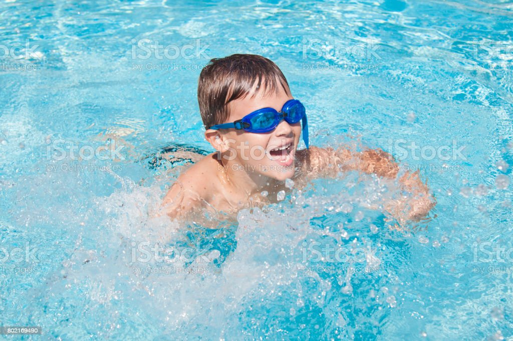 Fröhlicher Junge in einem Schwimmbad. Niedliche kleine Kind junge Spaß in einem Schwimmbad. Im Freien. Sportliche Aktivitäten für Kinder. – Foto