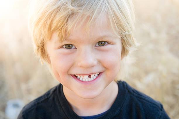 happy junge - zahnlücke stock-fotos und bilder