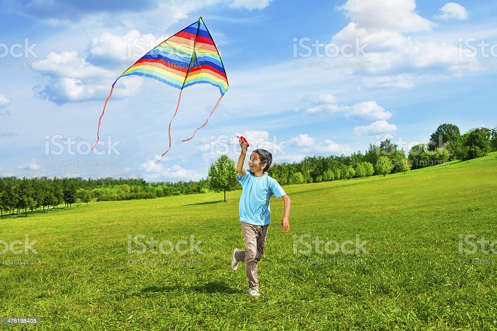 Ragazzo felice con aquilone corsa - foto stock