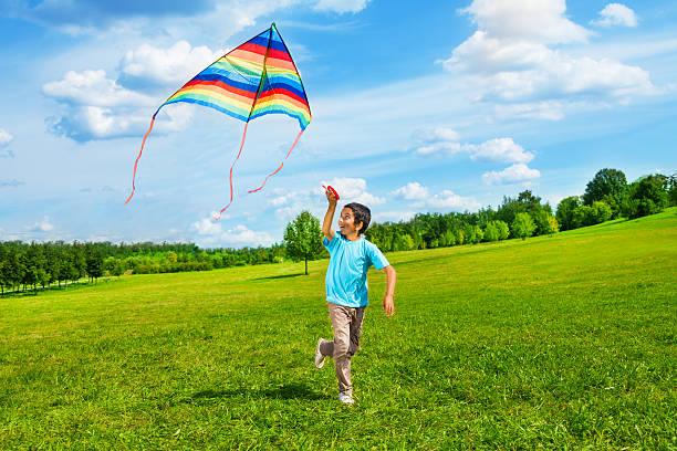 heureux petit garçon avec cerf-volant course - nuage 6 photos et images de collection