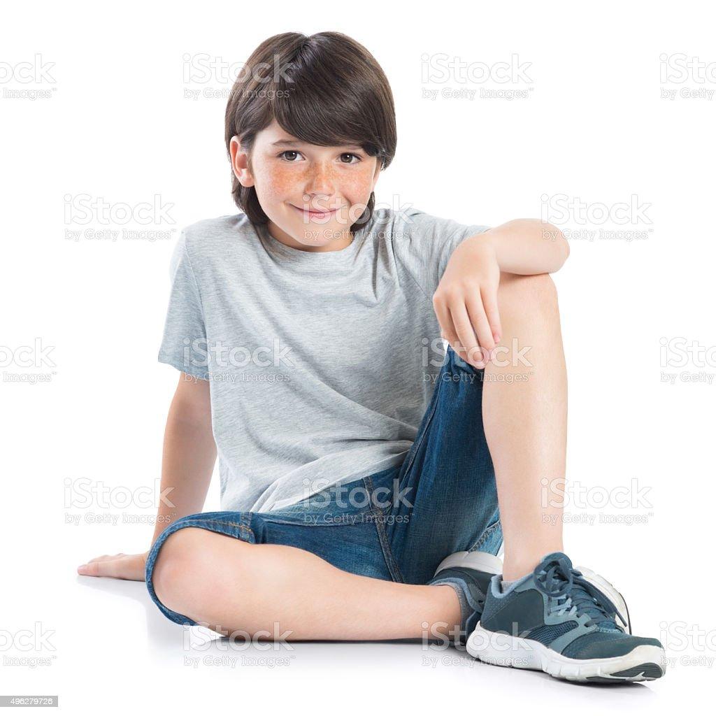 Heureux garçon assis - Photo
