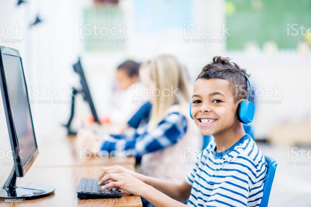 Fröhlicher Junge mit Computer - Lizenzfrei 6-7 Jahre Stock-Foto