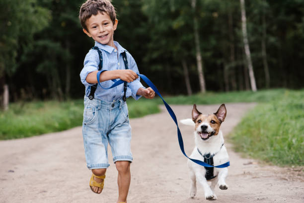 Happy Boy met hond aan de leiband draait op Country Road foto