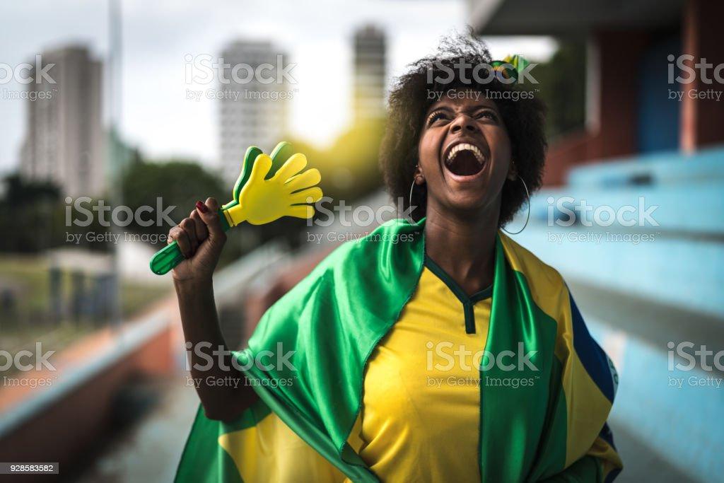 Fã brasileiro feliz comemorando em um jogo de futebol - foto de acervo