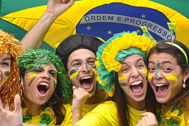 Felizes comemorando vitória os fãs do futebol brasileiro - foto de acervo