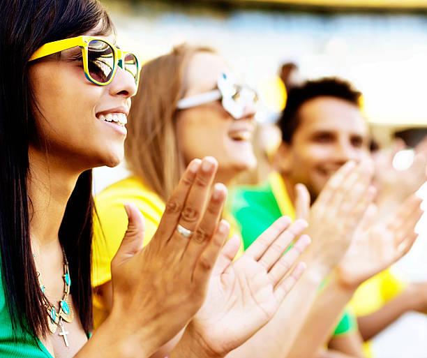 glücklich brasilianischen fußball-fans ihre teams klatschen in einem spiel - spielerfrauen stock-fotos und bilder