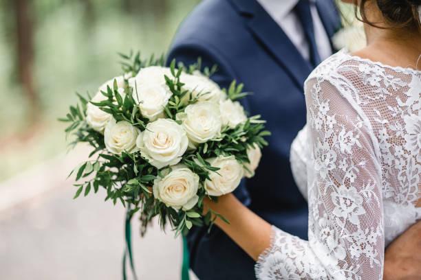 Glückliche Braut und Bräutigam auf ihrer Hochzeit Umarmung – Foto