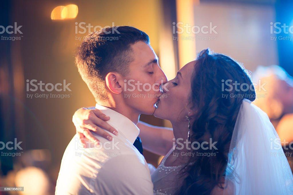 Feliz novia y el novio en su boda foto de stock libre de derechos