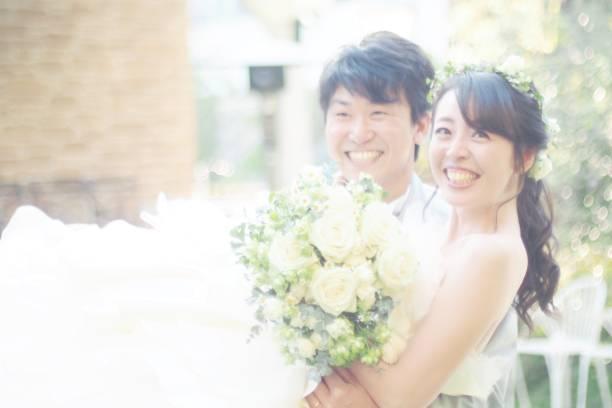 幸せな新郎新婦 - 結婚式 ストックフォトと画像