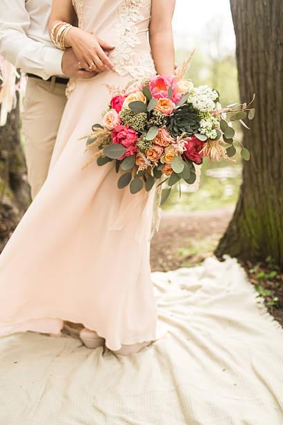 glücklich braut und bräutigam mit blumen - traumfänger malerei stock-fotos und bilder