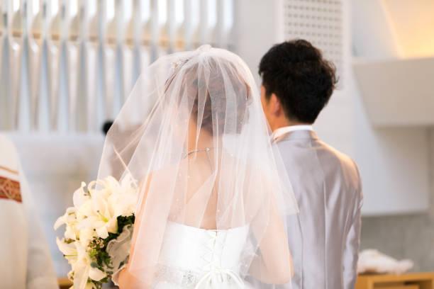 幸せなバージン ロードを歩いて新郎新婦 - 結婚式 ストックフォトと画像